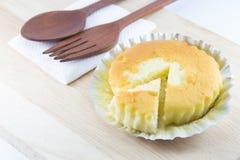 Imburri il dolce in tazza della stagnola sullo scrittorio di legno Fotografia Stock