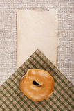 Imburri un panino rotondo - bagel Fotografia Stock