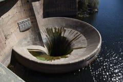 Imbuto dell'acqua della diga di San Roque in villa Carlos Paz, Cordova, Argentina Fotografie Stock Libere da Diritti