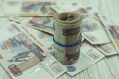 Ime jest pieniądze Hourglass i stos Rosyjski pieniądze zdjęcia stock