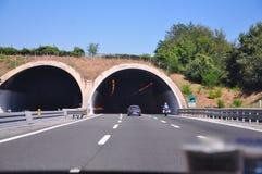 Imediatamente antes de incorporar um túnel da estrada perto de Florença foto de stock