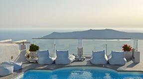 有水池的阳台在Imerovigli,圣托里尼,希腊有破火山口海视图 库存图片