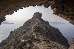 Imerovigli, Santorini, Grécia - 22 de outubro de 2014: Rocha de Skaros Opinião do Caldera - Immagine imagens de stock royalty free