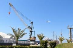 Imertinsky游艇口岸 船和平面飞行在天空 免版税图库摄影