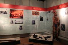 Imformative affischer och vapen som visar historia av Amerika, nationellt militärt museum, Saratoga, New York royaltyfri foto