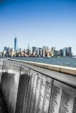 Imię imigranci na stal panel przy Ellis wyspy Nowy Jork skyl fotografia stock