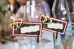 Imię talerze z dwoistą serce dekoracją na obiadowym stole obrazy royalty free