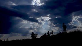 Imigração dos povos e do céu azul fotos de stock royalty free