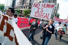 Imigração março: Nenhum ser do ser humano é ilegal Fotografia de Stock Royalty Free