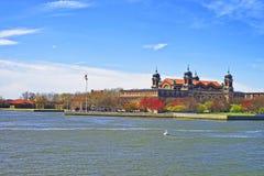 Imigranci stacjonują w Ellis wyspie w Górnej Nowy Jork zatoce Zdjęcie Royalty Free