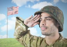 IMilitary het groeten tegen Amerikaanse vlag Royalty-vrije Stock Foto's