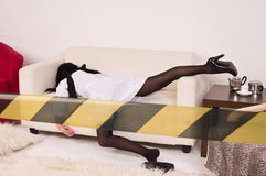 Imitación de la escena del crimen. Enfermera en el sofá Imagenes de archivo