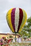 Imitaci?n del bal?n de aire hecha de flores coloridas en el desfile del festival de la flor de Madeira en Funchal fotografía de archivo