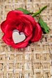 Imitaci róży drewniany serce obrazy stock