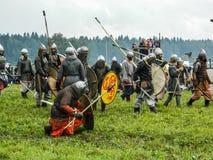 Imitacj bitwy antyczne słowianki podczas festiwalu dziejowi kluby w Kaluga regionie Rosja obraz stock