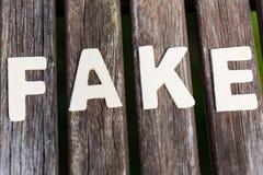 Imitacja, fact, jako tekst, listy na drewnie fotografia stock
