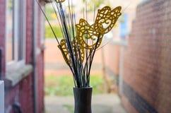 Imitacja kwitnie w ceramicznym wazowym pobliskim okno popierać aleję Obraz Stock