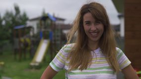 Imitateur d'émotion de portrait de jeune femme tiré au jardin souriant et heureux - scène chaude d'été de couleur de valeurs fami clips vidéos