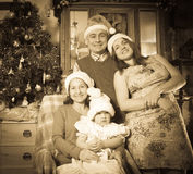 Imitatie van oude foto van gelukkige familie stock foto's