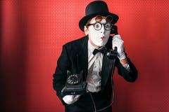 Imite al actor del teatro que se realiza con el teléfono viejo fotografía de archivo libre de regalías