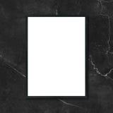 Imite encima de la ejecución en blanco del marco del cartel en la pared de mármol negra en sitio Fotos de archivo