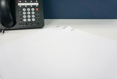 Imite encima de la hoja del Libro Blanco con el clip de papel Imagenes de archivo