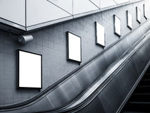 Imite encima de la medios estación de metro del lado de la escalera móvil de los anuncios del cartel Fotografía de archivo libre de regalías