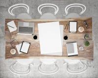 Imite encima de la mesa de reuniones de la reunión del cartel con los accesorios y los ordenadores portátiles, fondo interior de  Imagen de archivo libre de regalías