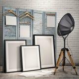 Imite encima de los carteles con la lámpara industrial en fondo del interior del desván Fotos de archivo