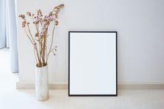 Imite encima de marco en blanco de la foto en la decoración interior del hogar del piso imagenes de archivo