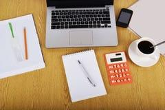 Imite encima de objetos tales como ordenador, calculadora y smartphone Fotos de archivo libres de regalías