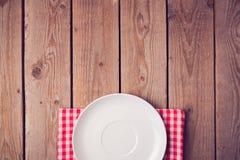 Imite encima de plantilla con la placa vacía sobre fondo de madera Visión desde arriba Fotografía de archivo libre de regalías
