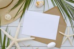 Imite encima de plantilla de la tarjeta en el fondo de madera blanco Hoja de palma, sombrero del verano, seastars y sobre tropica imagen de archivo libre de regalías