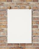 Imite encima del cartel blanco en blanco de la ejecución con la pinza y rope en la pared de ladrillo, fondo Imagen de archivo libre de regalías