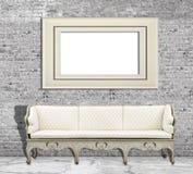 Imite encima del cartel en la pared de ladrillo y el sofá blancos del vintage Imágenes de archivo libres de regalías
