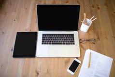 Imite para arriba con el ordenador portátil, el teléfono de célula, la tableta digital y los documentos de papel imagen de archivo