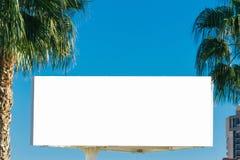Imite para arriba de la cartelera en blanco, al aire libre tablero de publicidad en la ciudad, palmeras cercanas Imagen de archivo