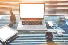 Imite para arriba de la mesa moderna con las herramientas del trabajo, espacio de trabajo independiente con los accesorios Foto de archivo