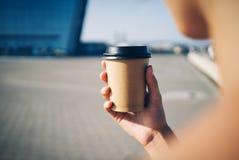Imite para arriba de la taza un café en la ciudad imagen de archivo