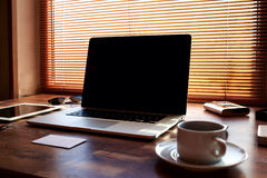 Imite para arriba de lugar de trabajo moderno del freelancer con los accesorios de lujo y trabaje las herramientas, taza de café  Fotos de archivo