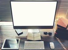 Imite para arriba de oficina o de la mesa casera con los accesorios y trabaje las herramientas Fotos de archivo