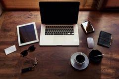 Imite para arriba de persona acertada con los accesorios de lujo y trabaje las herramientas, taza de café americano, ratón, sobre Fotografía de archivo libre de regalías