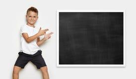 Imite para arriba del muchacho joven que muestra una cierta acción Imágenes de archivo libres de regalías