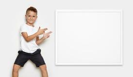 Imite para arriba del muchacho que muestra una cierta acción en Fotografía de archivo