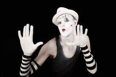 Imitieren Sie in gestreiften Handschuhen und im weißen Hut Lizenzfreies Stockbild