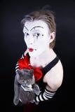 Imitieren Sie mit rotem Bogen und grauer britischer Katze Stockbild