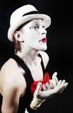 Imitieren Sie mit rotes Bogen ina weißem Hut und gestreiften Handschuhen Stockfotografie