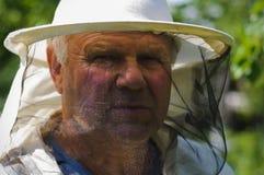 Imker arbeitet an dem Bienenhaus Lizenzfreie Stockbilder