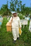Imker arbeitet an dem Bienenhaus Lizenzfreie Stockfotografie
