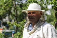 Imker arbeitet an dem Bienenhaus Lizenzfreie Stockfotos